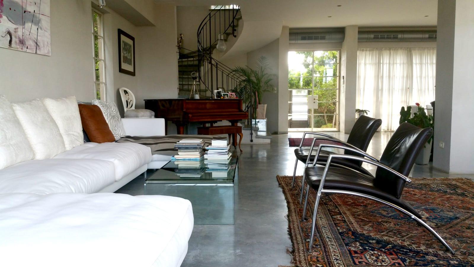 הסלון והמדרגות לקומת המגורים ולמרתף בבית למכירה בבני ציון