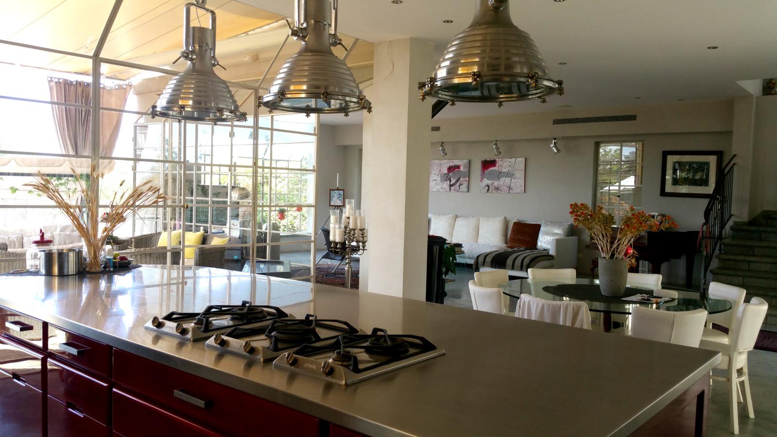 מבט מהטבח לסלון בבית למכירה בבנין ציון