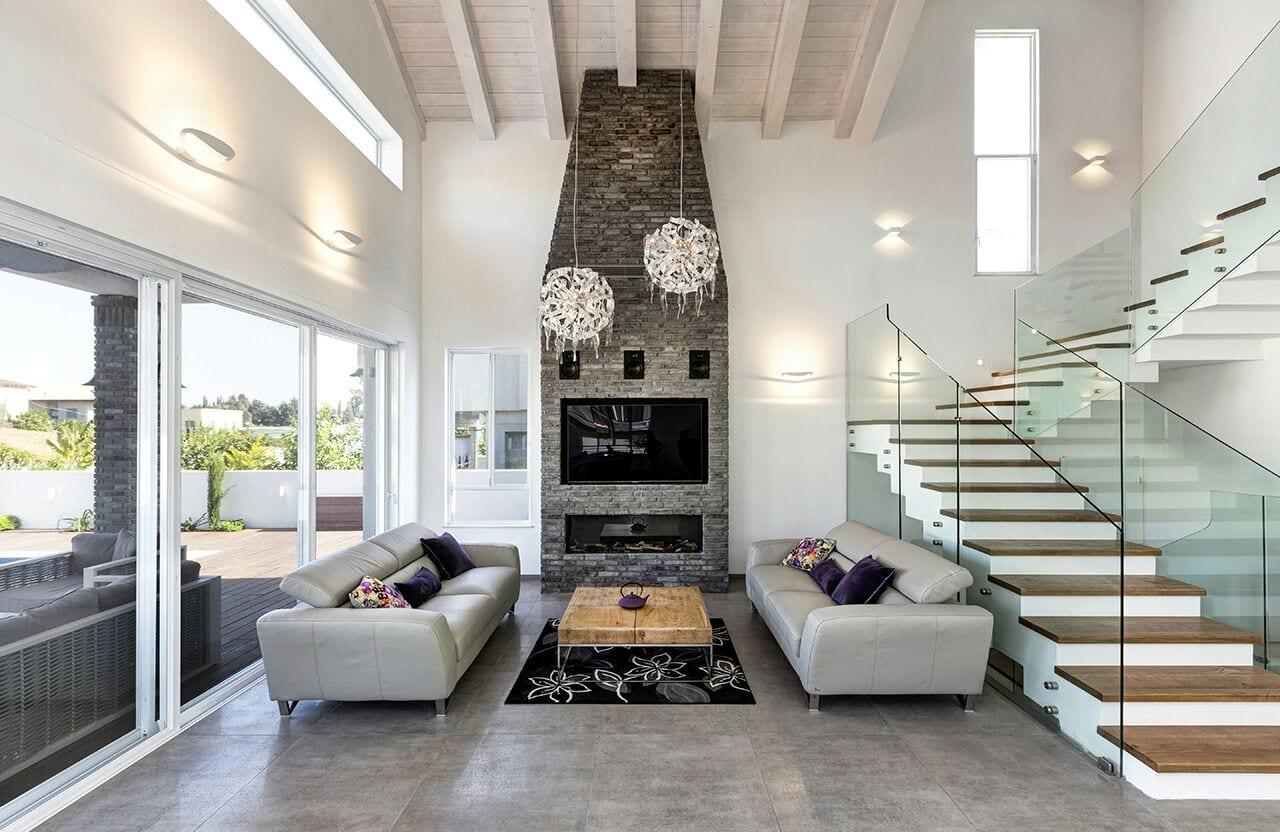 האח וחלל הסלון עם התקרה הגבוהה בבי