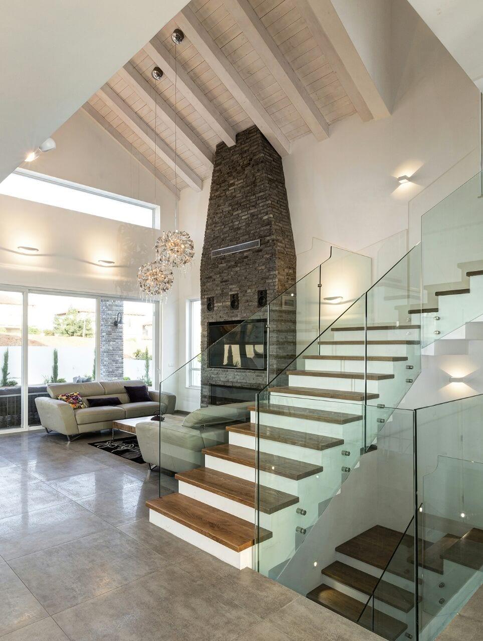 המדרגות בחלל הסלון עם התקרה הגבוהה - בית למכירה במושב קדימה