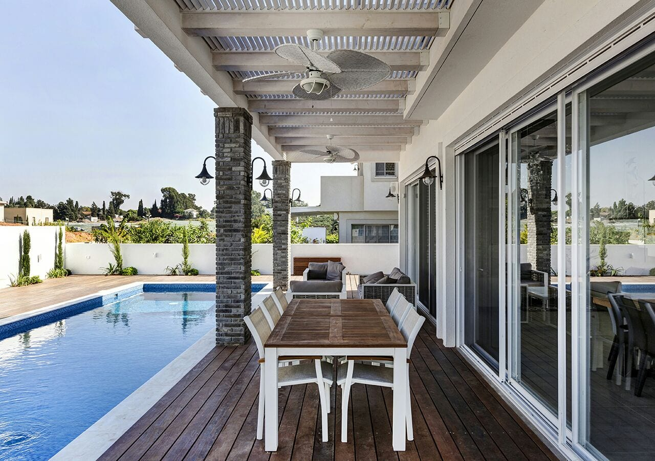 הבריכה והדק שמקיף את הבית - בית למכירה במושב קדימה