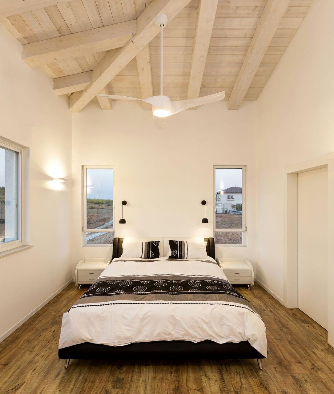 חדר שינה מעוצב עם רצפת פרקט ותקרת עץ לבנה - בית למכירה במושב קדימה