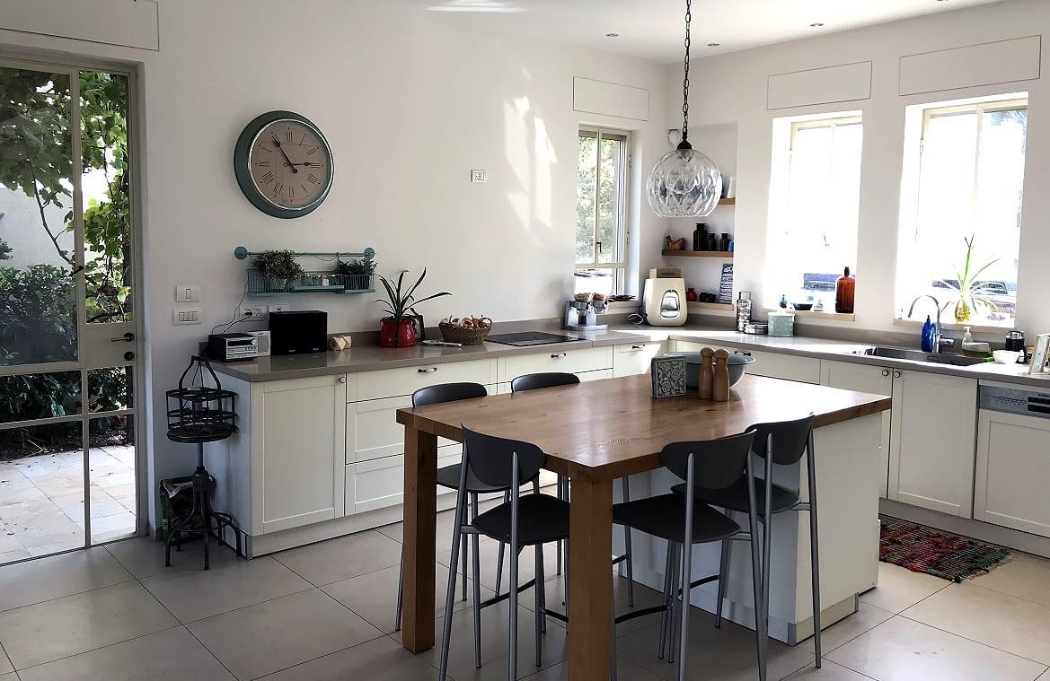 מטבח מואר בבית להשכרה בעין ורד - בית מעוצב גובל בשדות