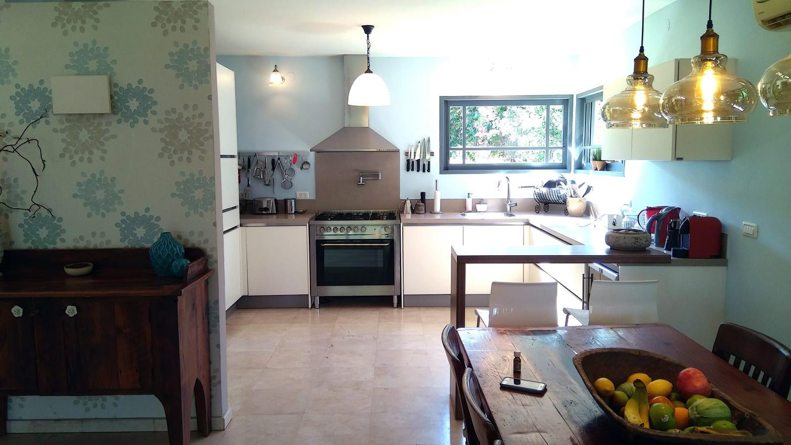 המטבח עם התנור והמאדה בבית על חצי דונם בקדימה בכפר